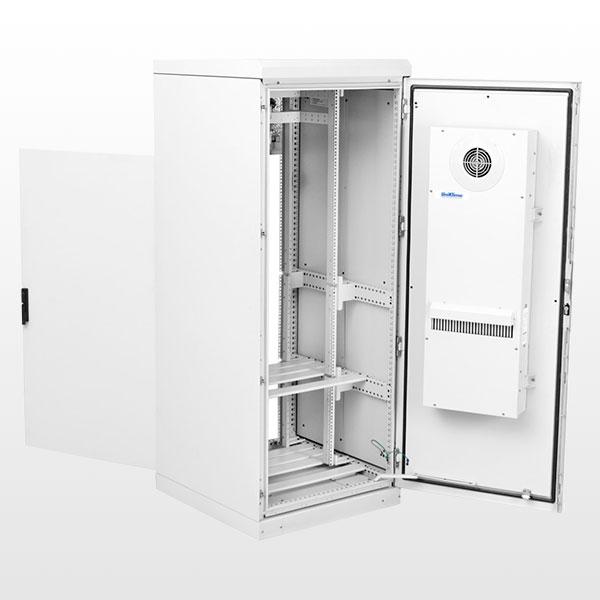 Gabinete outdoor para telecomunicações com trocador de calor, porta traseira e bandejas para baterias.