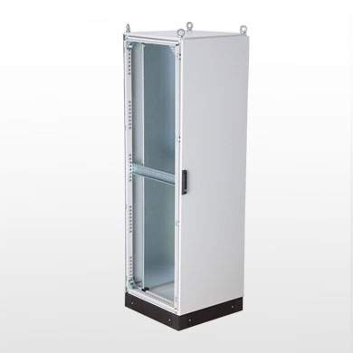 Armário elétrico FSi com placa e perfis de montagem, base soleira e olhais de içamento.